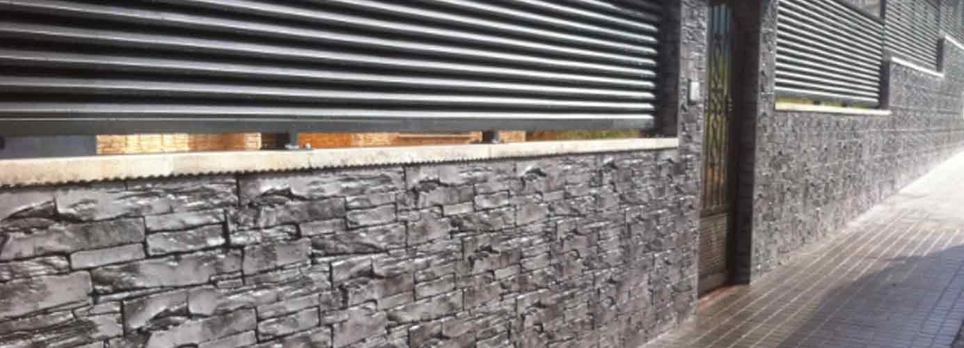 Muro acabado con microcemento vertical